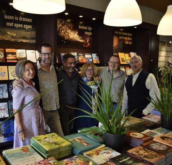 Groepsfoto van de ambassadeurs in de winkel van uitgeverij het punt